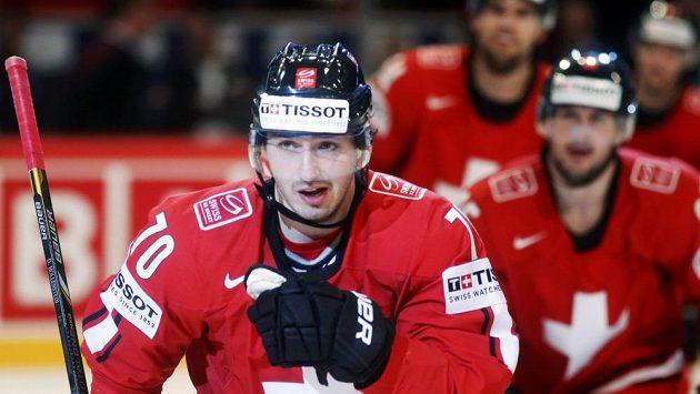 Denis Hollenstein slaví se spoluhráči ze švýcarského národního týmu svoji trefu proti Kanadě.
