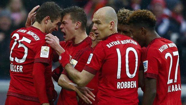 Fotbalisté Bayernu se radují z obratu proti Darmstadtu.