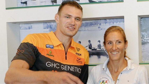 Ondřej Synek a Miroslava Knapková zůstávají na mistrovství světa ve veslování ve francouzském Aiguebelette nejžhavějšími želízky české výpravy.