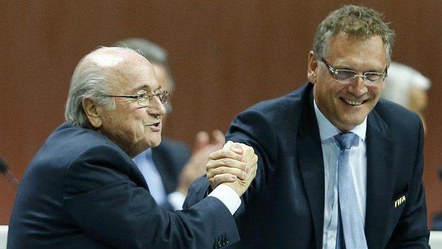 Prezident FIFA Sepp Blatter (vlevo) a generální sekretář Jérome Valcke.