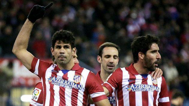 Diego Costa (vlevo) z Atlética Madrid slaví proměněnou penaltu v zápase s Levante.