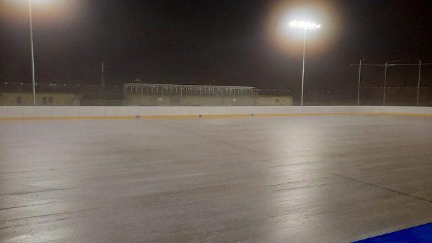Venkovní kluziště v Dobříši, které tento týden využívají hokejisté Mladé Boleslavi.