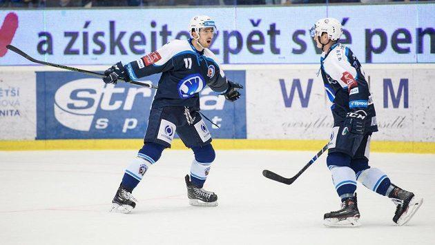 Hokejisté Plzně Michal Moravčík (vlevo) a Dominik Kubalík oslavují vítězný gól.