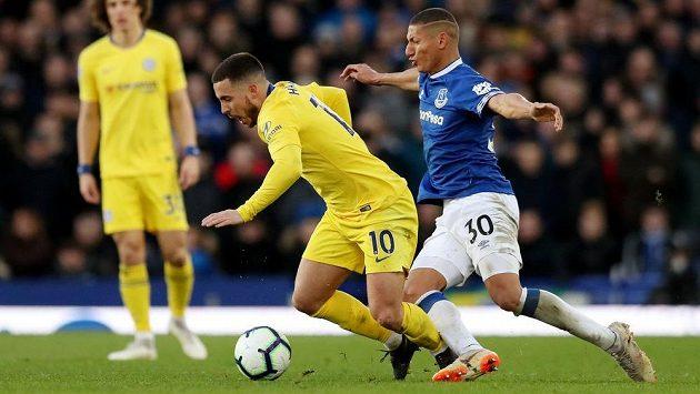 Když se hvězdný fotbalista Chelsea Eden Hazard rozběhne, musejí si soupeři často pomáhat fauly, jako v tomto případě Richarlison z Evertonu.