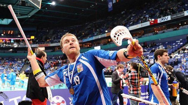 Český florbalista Aleš Zálesný s bronzovou medailí z MS ve Finsku v roce 2010.