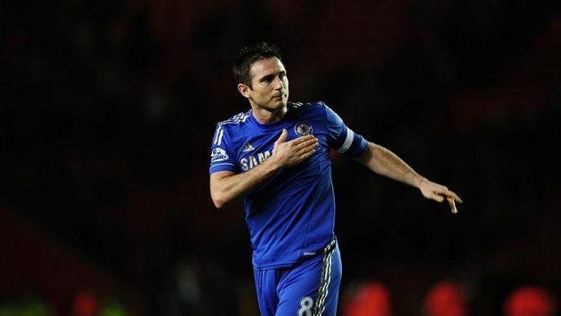 Frank Lampard poklepává rukou na znak Chelsea na svém dresu, jenže klubové vedení o něho už nestojí.