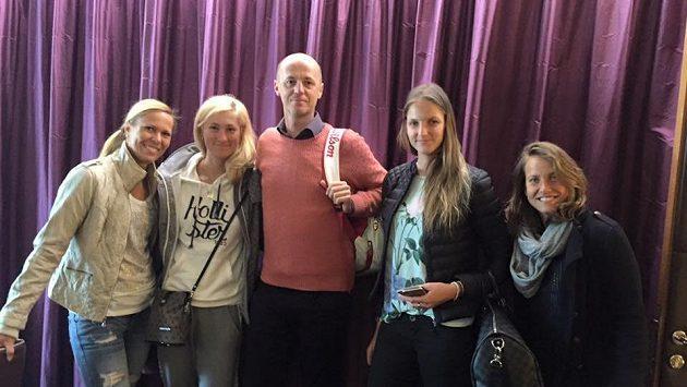 Český fedcupový tým před odletem do Švýcarska (zleva): Lucie Hradecká, Denisa Allertová, Petr Pála, Karolína Plíšková a Barbora Strýcová.