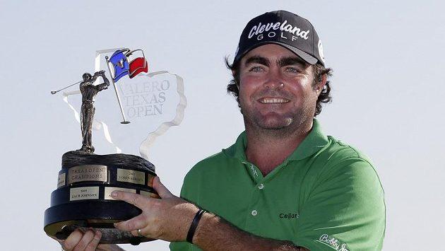 Australský golfista Steven Bowditch s trofejí pro vítěze Texas Open.