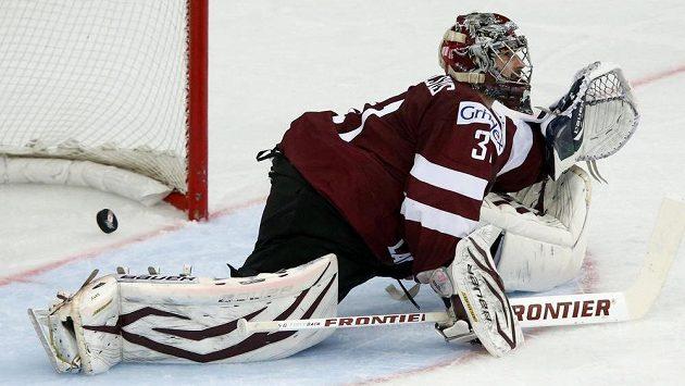 Lotyšský brankář Edgars Masalskis inkasuje po střele Geoffa Platta v utkání s Běloruskem.