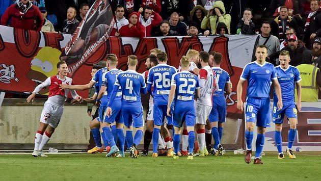 Potyčka hráčů po druhém vstřeleném gólu Liberce. Zcela vlevo je Jan Bořil ze Slavie.