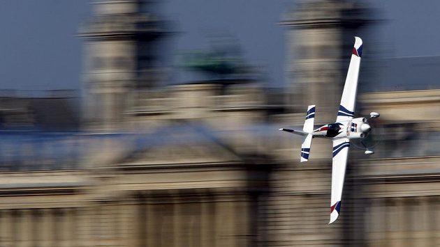 Akrobatický pilot Martin Šonka znovu dostal v seriálu Red Bull Air Race na stupně vítězů, v Budapešti byl třetí.