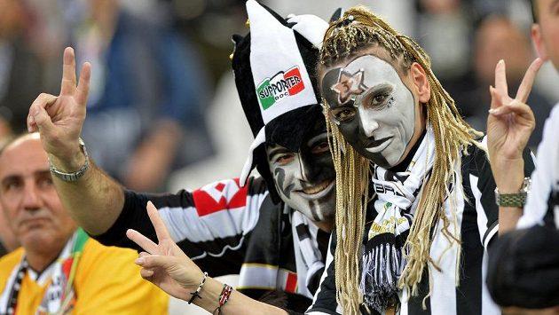 Fanoušci Juventusu Turín oslavují další titul týmu v italské lize.