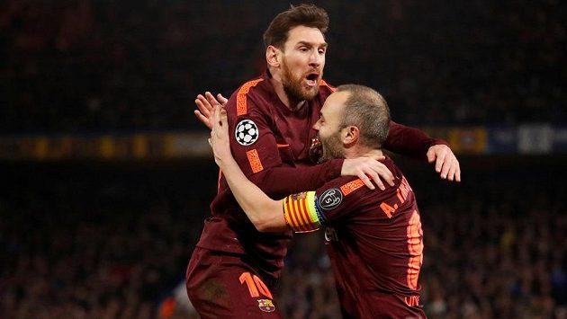 Lionel Messi a Andrés Iniesta oslavují gól, který rozhodl o remíze v prvním osmifinále s Chelsea.