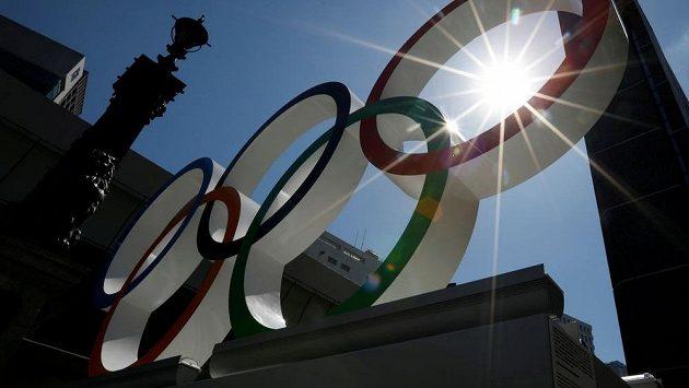 Olympijské kruhy už čekají na sportovce v Tokiu. Přivítají je i ve skutečnosti?