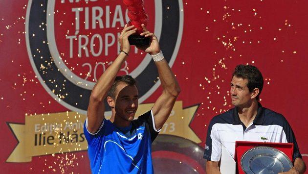 Tenista Lukáš Rosol s trofejí pro vítěze turnaje v Bukurešti. Vpravo přihlíží poražený finalista Guillermo García-López.