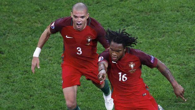 Radost portugalského střelce Renata Sanchese. Vlevo jeho spoluhráč Pepe.