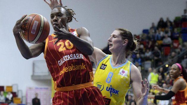 Zleva Sancho Lyttleová z Galatasaraye a Ilona Burgerová z USK v utkání 11. kola Evropské ligy..