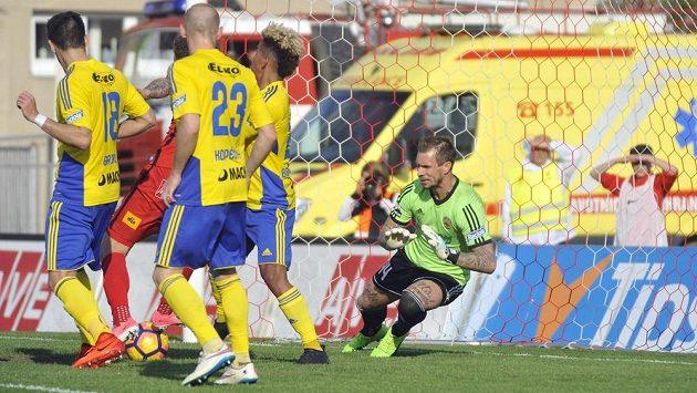 Jakub Řezníček z Brna (mezi hráči Teplic) střílí gól brankáři Milanu Švengerovi. Brno nakonec vyhrálo nad Zlínem 2:0.