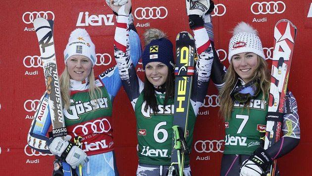 Stupně vítězů po závodu SP v obřím slalomu žen v Lienzu: (zleva)Jessica Lindell-Vikarbyová, Anna Fenningerová a Mikaela Shiffrinová.