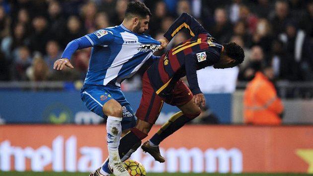 Álvaro González z Espaňolu (vlevo) v souboji s útočníkem Neymarem z FC Barcelona.