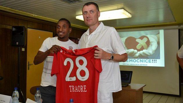 Brněnský obránce Mohamed Traoré (vlevo) si ve chvílích, kdy loni opouštěl Městskou nemocnici v Ostravě, ještě dělal naděje, že jeho kariéra bude pokračovat.