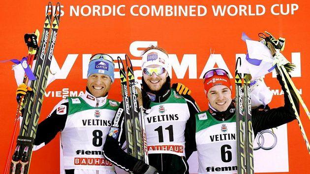Norský sdruženář Jörgen Graabak (uprostřed) vyhrál závod Světového poháru v severské kombinaci ve Val di Fiemme. Vlevo je druhý Bernhard Gruber z Rakouska, vpravo pak třetí Fabian Riessle z Německa.
