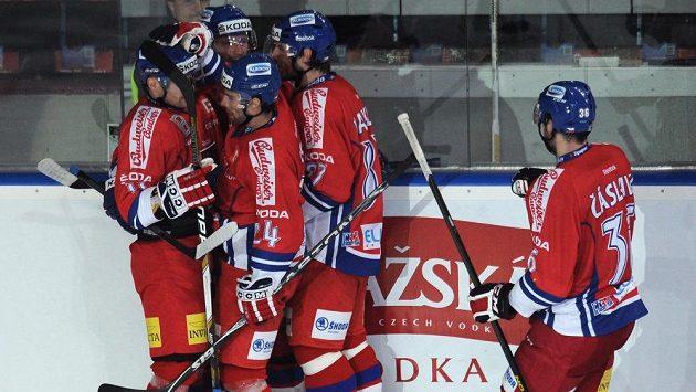 Čeští hokejisté se radují ze vstřelení gólu.