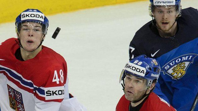 Zleva čeští reprezentanti Tomáš Hertl a Jaromír Jágr a Ville Lajunen z Finska sledují puk.