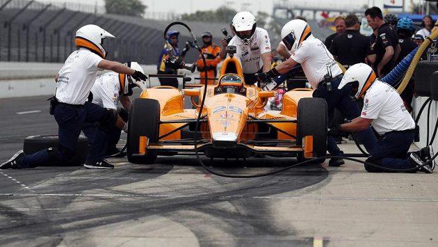 Španělský pilot Fernando Alonso v boxech během tréninku na závod Indianapolis 500.