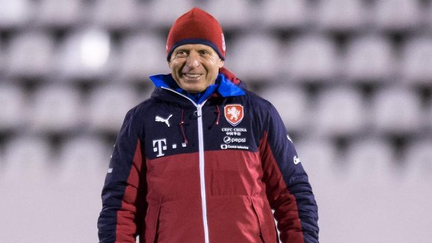 Trenér Karel Jarolím během tréninku fotbalové reprezentace.