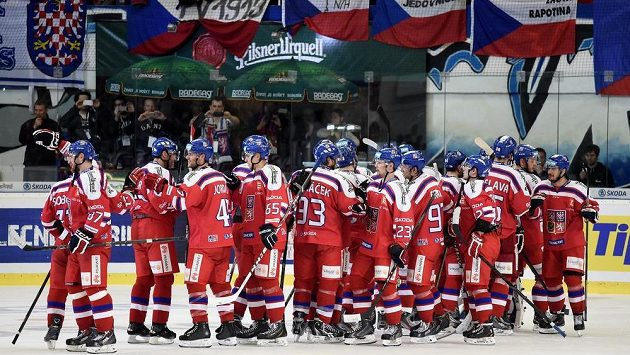 Čeští hokejisté slaví vítězství nad Finskem.