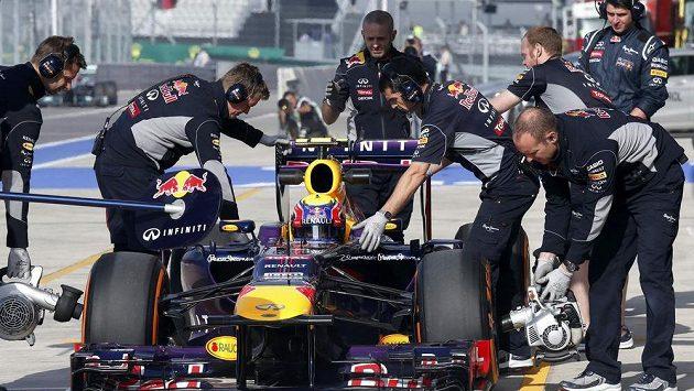 Vůz Marka Webbera v péči mechaniků Red Bullu během měřeného tréninku na Velkou cenu USA v Austinu.
