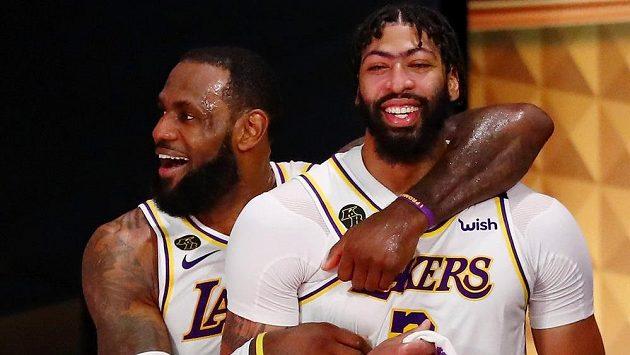 Radost v podání basketbalistů Los Angeles Lakers po triumfu ve finále NBA.Slaví i hvězdy LeBron James (23) and Anthony Davis (3).