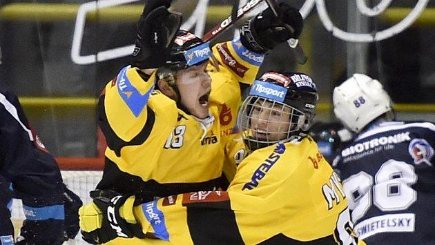 Lukáš Doudera (vlevo) a Jan Myšák z Litvínova se radují z gólu proti Plzni.