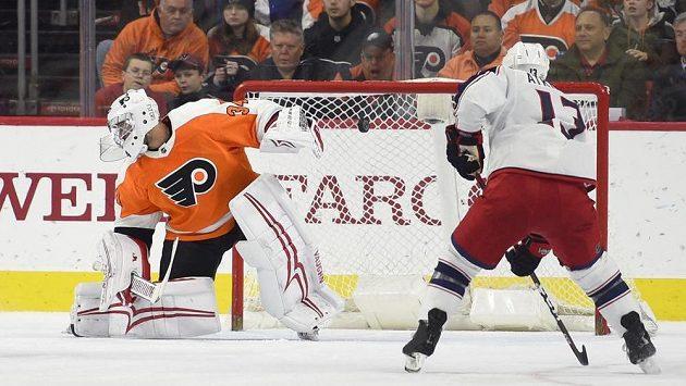 Gólman Philadelphia Flyers Petr Mrázek, před jeho branku najíždí Artěmij Panarin z Columbusu.