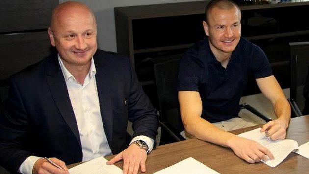 Bývalý fotbalový reprezentant Adam Hloušek podepsal tříletou smlouvu s Viktorií Plzeň.
