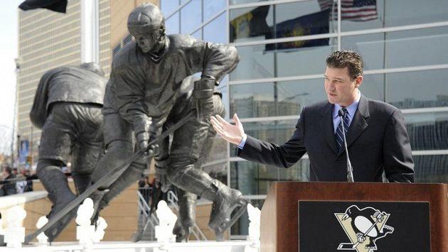 Mario Lemieux se svou sochou před stadionem v Pittsburghu