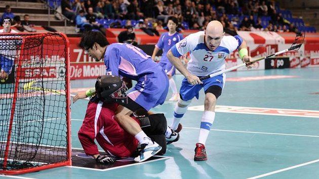 Kapitán české reprezentace Milan Fridrich se prosazuje proti Japonsku
