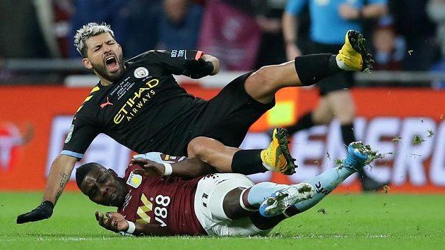 Sergio Agüero (nahoře) z Manchesteru City v tvrdém souboji s Marvelousem Nakambou z Aston Villy. Ilustrační foto.