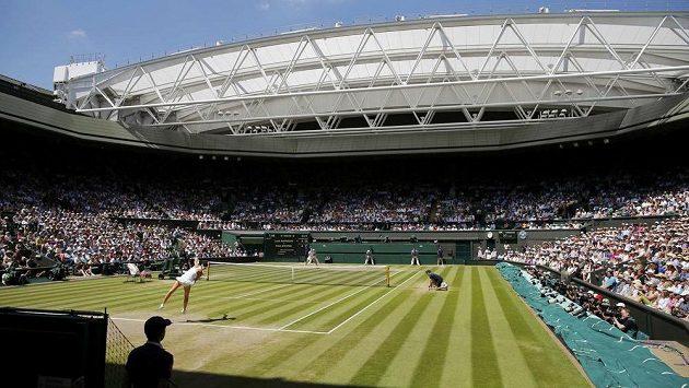 Centrální dvorec ve Wimbledonu během semifinále dvouhry mezi Petrou Kvitovou a Lucií Šafářovou. Při finále se střecha možná zatáhne.