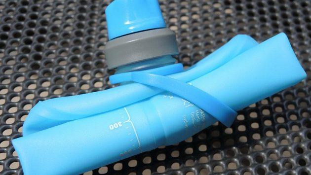 Sportovní láhev HydraPak Stow 500 ml - nádoba sbalená na cesty.