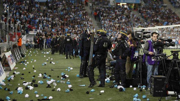 Policejní zásah při utkání Marseille - Lyon.