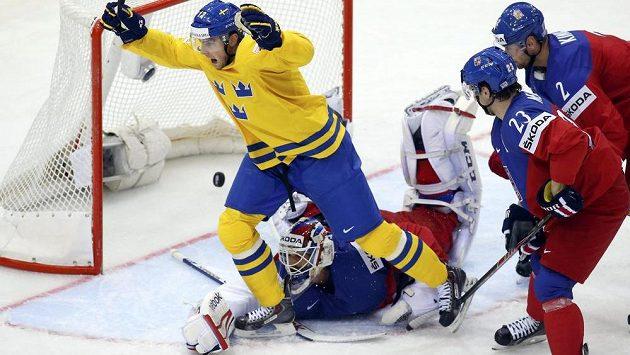 Švéd Oscar Möller (není na snímku) překonal brankáře Alexandra Saláka a srovnal na 1:1. Raduje se Joakim Lindström.