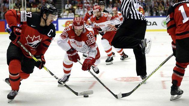 Kanadský útočník Connor McDavid v akci - uniká na mistrovství světa dánskému soupeři Julianu Jakobsenovi.
