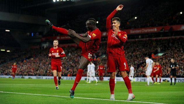 Radost hráčů Liverpoolu: zleva Sadio Mané a Roberto Firmino.