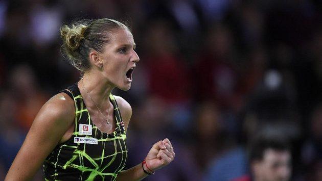 Karolína Plíšková se raduje po jedné z vítězných výměn v zápase s Rumunkou Simonou Halepovou.