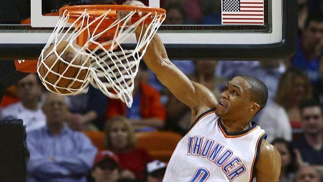 Basketbalista Oklahomy City Thunder Russell Westbrook smečuje v utkání proti Miami Heat.