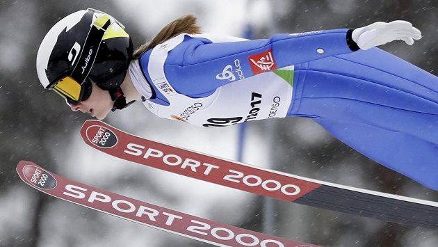Francouzka Lucile Moratová při kvalifikaci skoku žen na lyžích na MS v Lahti.