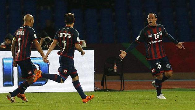 Střídající Mauro Matos ze San Lorenza (vpravo) se raduje se spoluhráči Juanem Ignaciem Mercierem (vlevo) a Juliem Buffarinim z gólu do sítě Aucklandu.