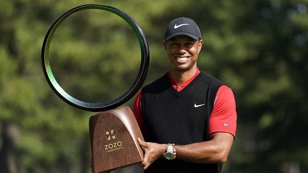 Tiger Woods s trofejí pro nejlepšího hráče turnaje Zozo Championship na okruhu PGA.